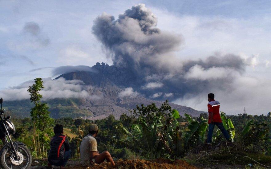 Indonezijoje vėl išsiveržė Sinabungo ugnikalnis