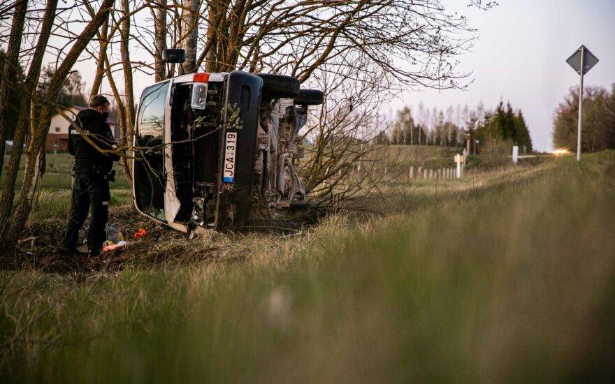 Girtas vairuotojas apsivertė su mikroautobusu ir bandė gudrauti, kad vairavo žmona, nors jos ten net nebuvo