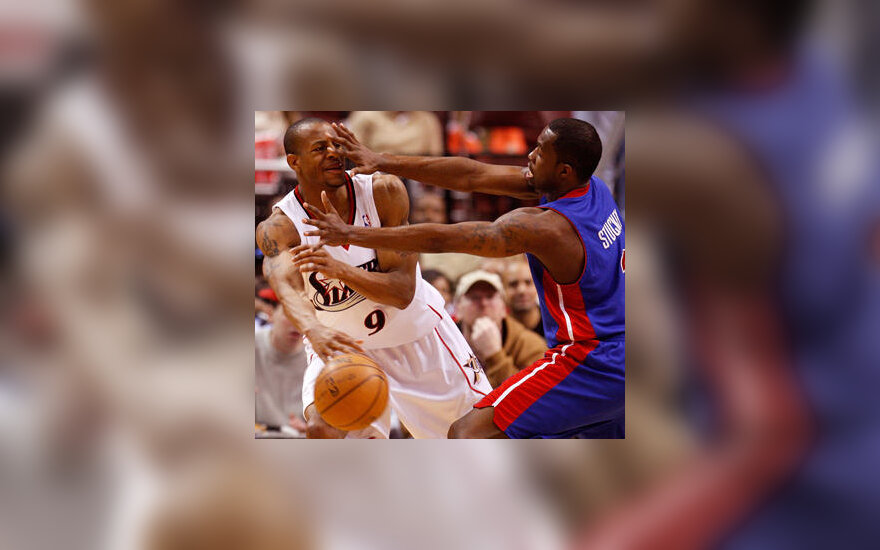"""Rodney Stuckey (""""Pistons"""", dešinėje) dengia Andre Iguodala (""""76ers"""")"""