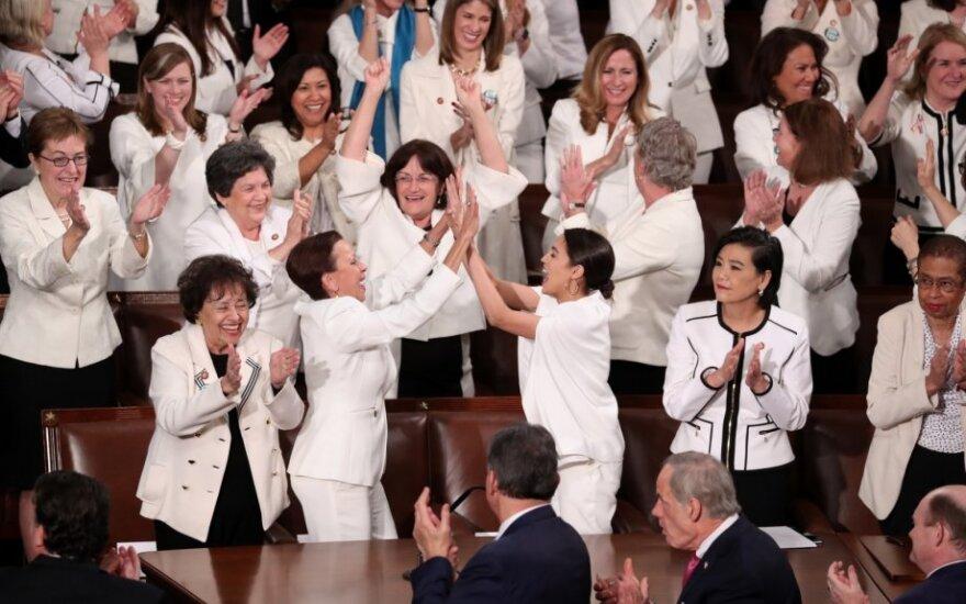 Demokratės demonstruodamos solidarumą į Trumpo metinį pranešimą atėjo vilkėdamos baltai