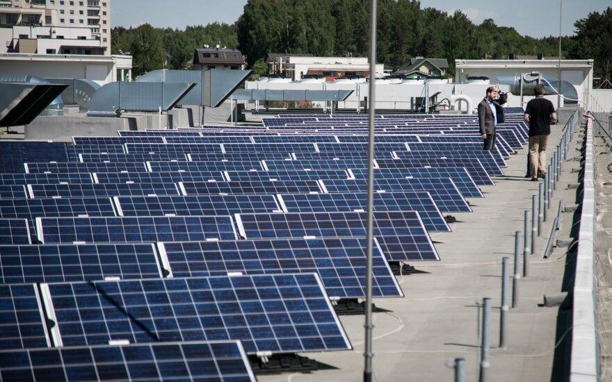 Galimybę uždirbti iš saulės įžvelgė pirmieji: jėgaines perka pasiturintys, bet eilėje laukia daugiabučiai