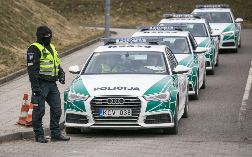 """Nepaisančių kelininkų pastatytų ženklų lauks staigmena: policija remonto ruožose žada """"trikojus"""" ir patikras"""