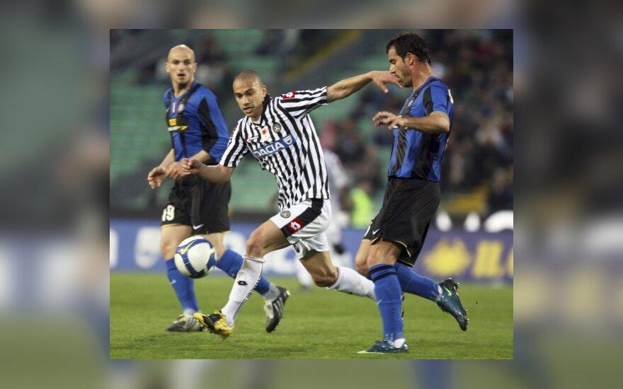 """Dejanas Stankovičius (""""Inter"""", dešinėje) kovoja su  Gokhanas Inleru (""""Udinese"""")"""