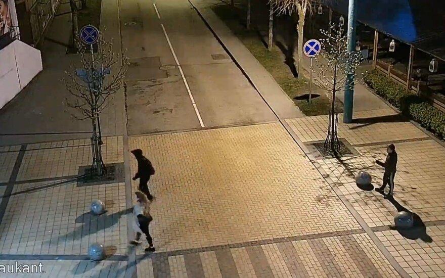 Palangos policija prašo atpažinti naktį nufilmuotus asmenis