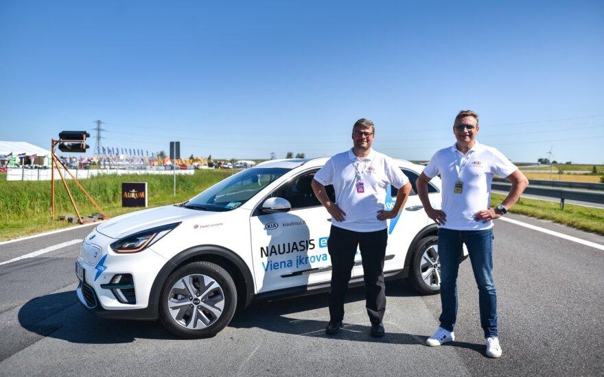 """Pradėjo rekordinę kelionę aplink Lietuvą elektromobiliu """"Kia e-Niro"""""""