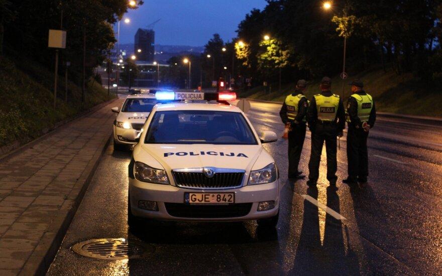 """Absurdiška situacija: """"žali"""" numeriai saugo pažeidėjus – nubausti negali net policija"""