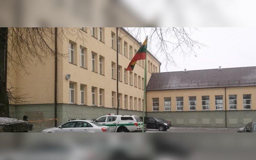 Iš Eišiškių gimnazijos, dėl galimo pavojaus, evakuota apie 300 vaikų