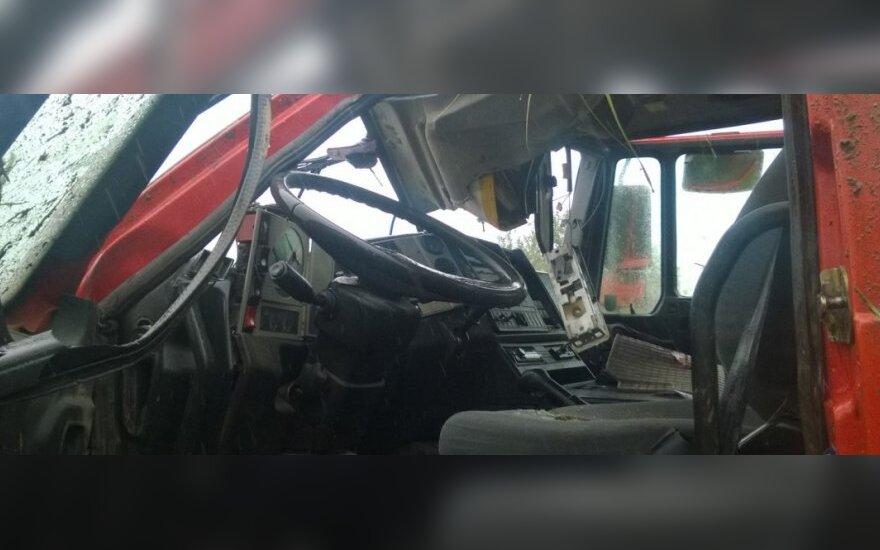 Prie Kauno apsivertė sunkvežimis, sukviestos visos tarnybos