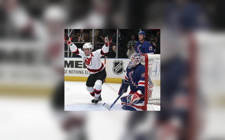 """Johnas Maddenas (""""Devils"""") įmušė pergalingą įvartį į """"Rangers"""" vartus"""