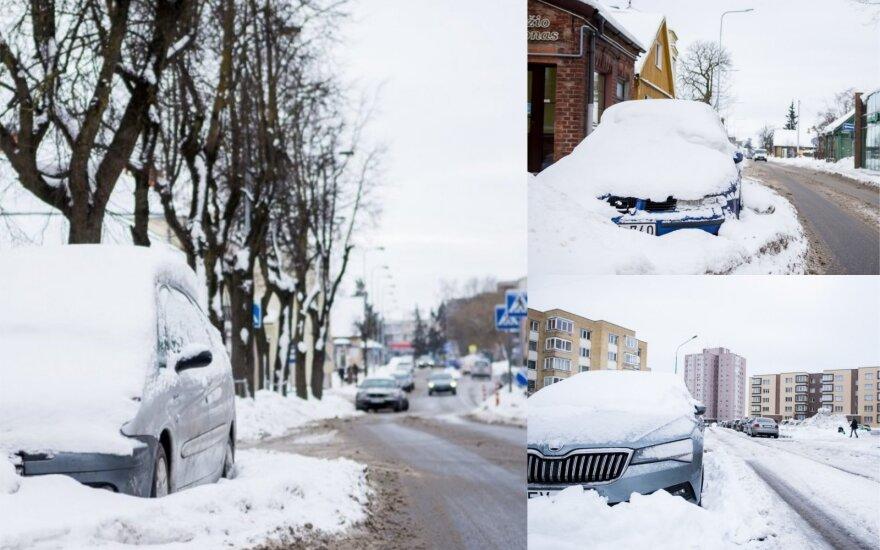 Dilema: gatvėse žiemojantys automobiliai trukdo, tačiau bausti vairuotojų nesirengiama