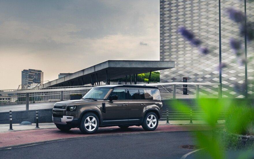 """Į Lietuvą atvežtas naujas """"Land Rover Defender"""": po pandemijos gamykla vos spėja suktis"""