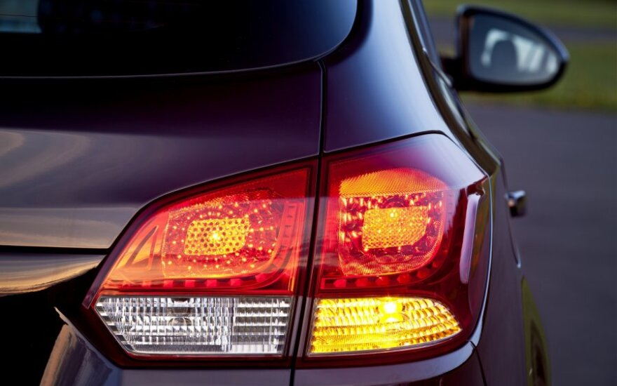 Automobilių pardavėjams - atsigaunančios rinkos ženklai