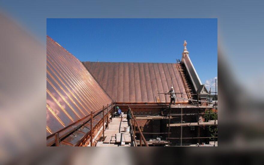 Dengiamas naujas varinis Palangos bažnyčios stogas