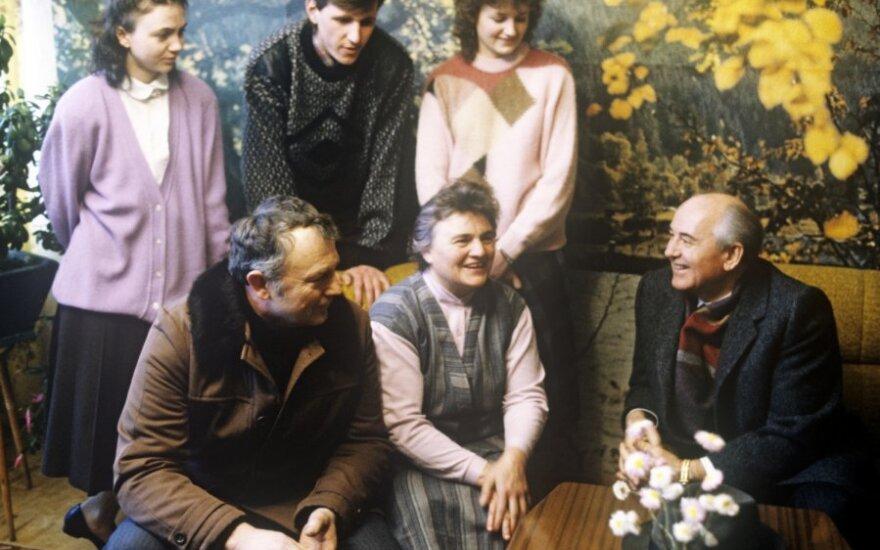 M.Gorbačiovas 1990 m. sausį lankėsi  Bridų kaime, J. Kluso namuose.