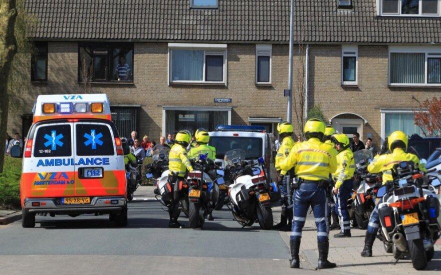 Nyderlandų policijos pareigūnai ir greitoji pagalba