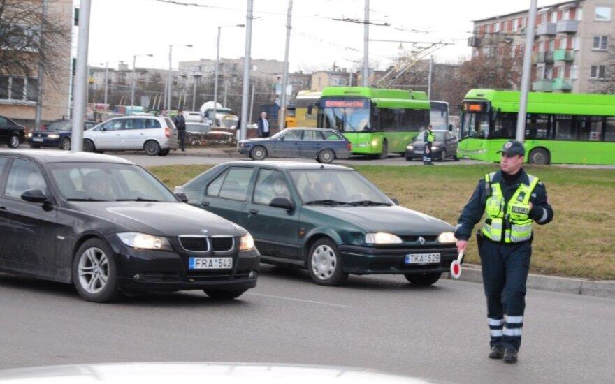 Kaune apvirto krovininis automobilis, gabenęs metalo laužą
