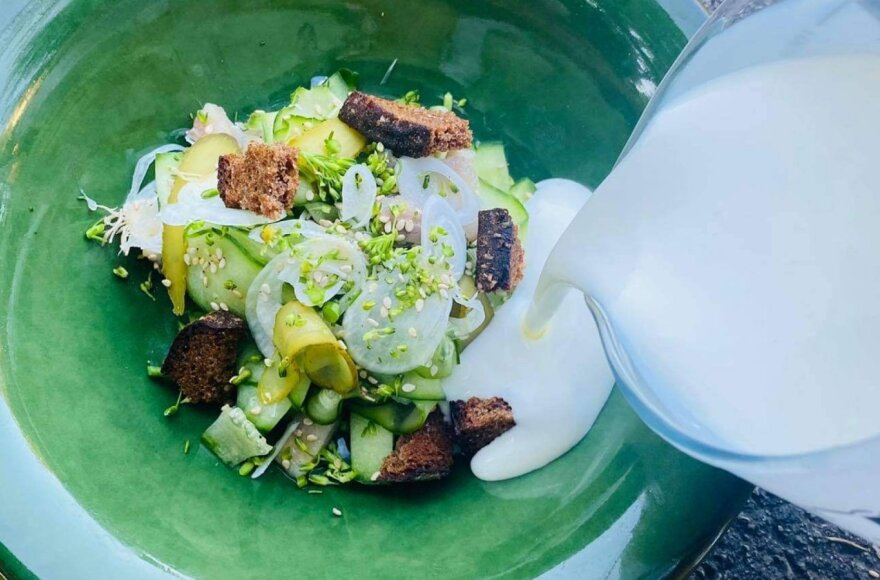Šaltibarščių pusseserė – neatsivalgoma šaltoji agurkų sriuba pagal Alfą Ivanauską
