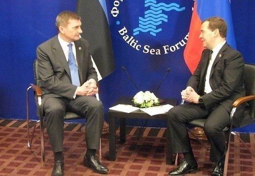 Домбровскис пригласил Медведева в Латвию