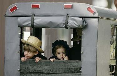 Amišų bendruomenės narių vaikai karietoje