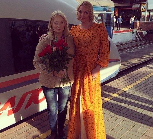 Ляп от Волочковой: на железнодорожном вокзале в вечернем платье