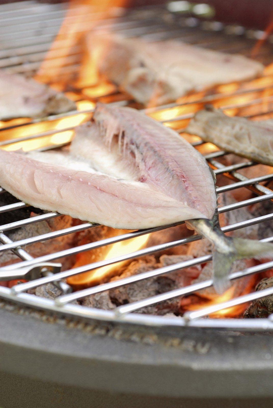 Ant grotelių kepta žuvis