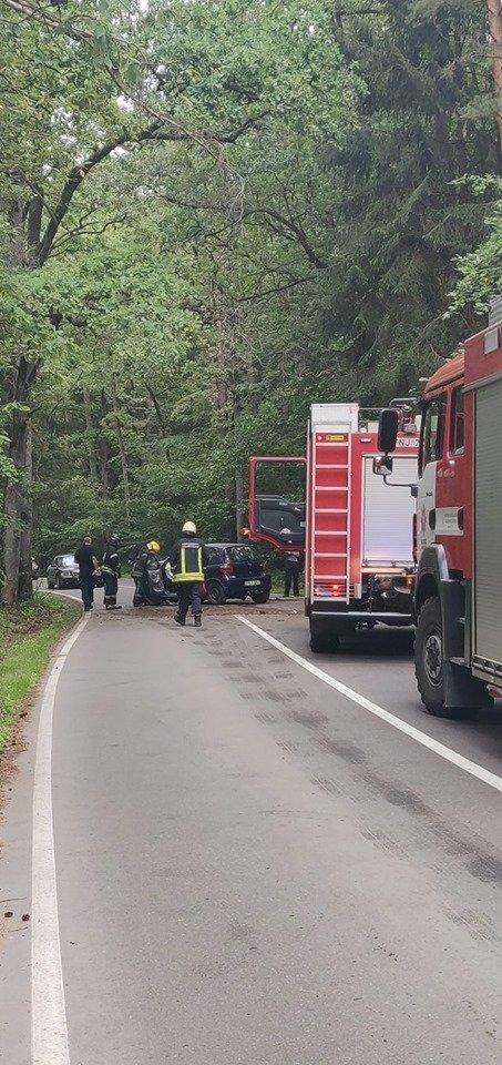 """Prie kapinių """"Toyota"""" nulėkė nuo kelio ir rėžėsi į medį, ligoninėje atsidūrė du jaunuoliai"""