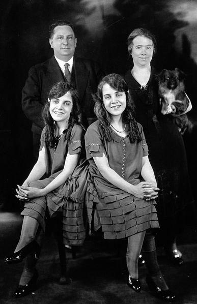 Daisy ir Violet Hilton su globėjais