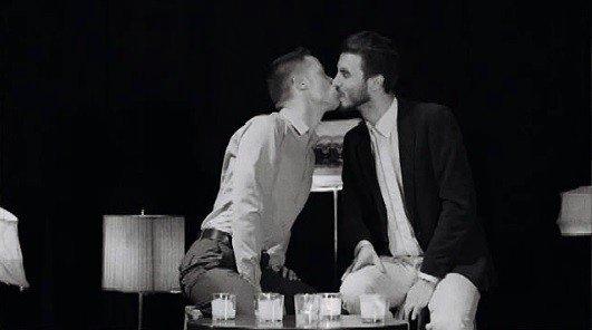 Dviejų vaikinų bučinys