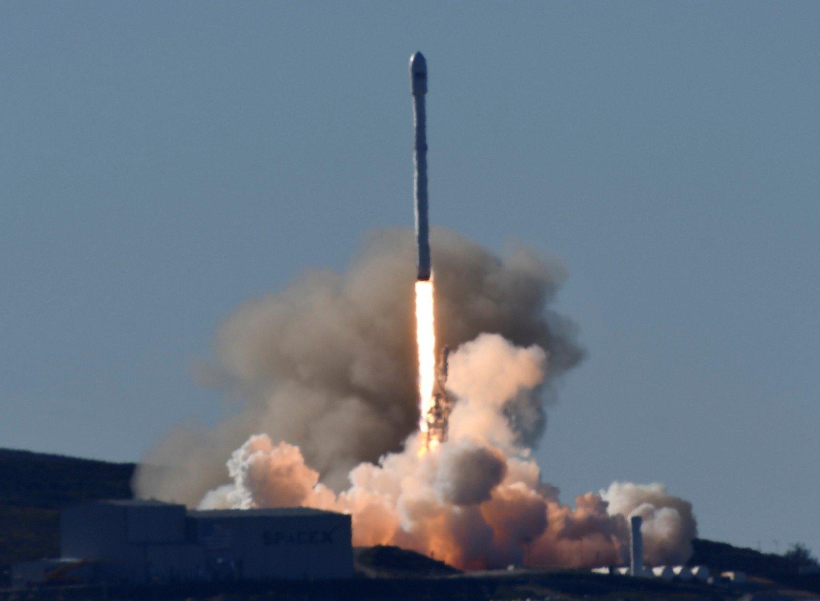 SpaceX благополучно посадила нижнюю ступень Falcon 9 наморскую платформу