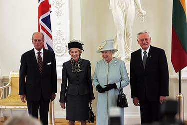 Princas Philipas, Alma Adamkienė, Elžbieta II ir Valdas Adamkus