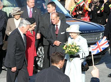 Karalienė Elžbieta su vyru princu Filipu ir prezidentas Valdas Adamkus su žmona Alma