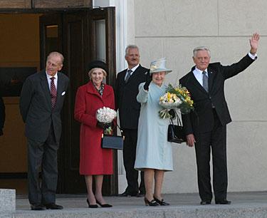 Mojuoja karalienė Elžbieta su vyru princu Filipu ir prezidentas Valdas Adamkus su žmona Alma