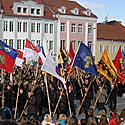 Prieš karalienei atvykstant į aikštę buvo iškilmingai įneštos Lietuvos miestų ir miestelių vėliavos