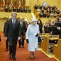 Elžbieta II išeina iš Seimo posėdžių salės