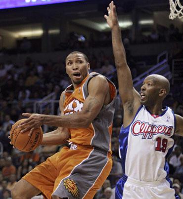 """Shawnas Marionas (""""Suns"""") kovoja su Samu Cassellu (""""Clippers"""")"""