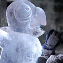 Raižytoja Natalija gamina savo ledo skulptūrą
