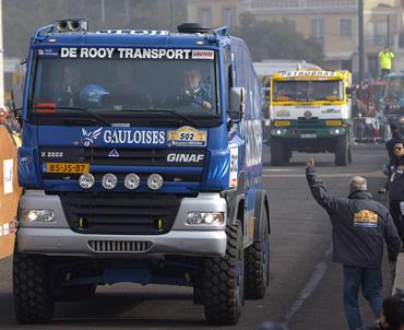 Pirmąjį Dakaro ralio etapą sunkvežimų klasėje laimėjo G.De Rooy, T.Colsoul ir A.Slaatso ekipažas.