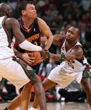 """Milvokio """"Bucks"""" krepšininkai bando atimti kamuolį iš Šarūno Jasikevičiaus (""""Golden State Warriors"""")"""