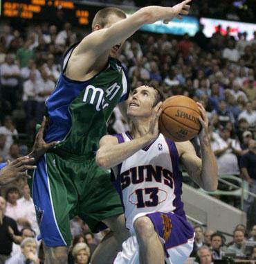 """Steve'as Nashas (""""Suns"""") atakuoja per Dirką Nowitzki (""""Mavericks"""")"""