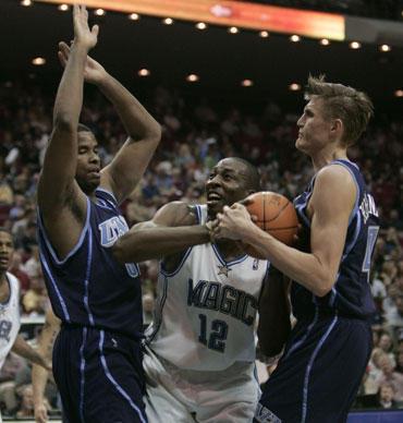"""Dwightą Howardą (""""Magic"""") stabdo keli """"Jazz"""" krepšininkai"""