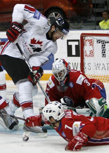 Tommy Jakobsenas (Kanada) atakuoja Norvegijos rinktinės vartus