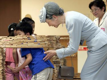 Japonijos imperatorienė Michiko žaidžia su vaikais