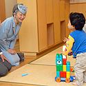 Japonijos imperatorius Akihito ir imperatorienė Michiko žaidžia su vaikais