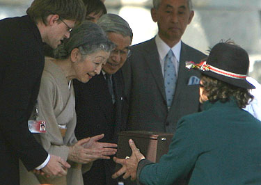 Japonijos imperatorius Akihito ir imperatorienė Michiko gauna dovaną
