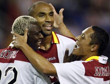 """Frederickas Kanoute (viršuje) su """"Sevilla"""" komandos draugais džiaugiasi įvarčiu"""