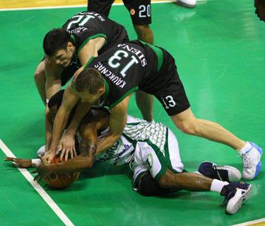 """Rimantas Kaukėnas ir Kšyštofas Lavrinovičius (""""Montepaschi"""") bando atimti kamuolį iš DeJuano Collinso (""""Žalgiris)"""