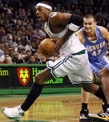 "Paulą Pierce'ą (""Celtics"") stabdo Linas Kleiza (""Nuggets"")"