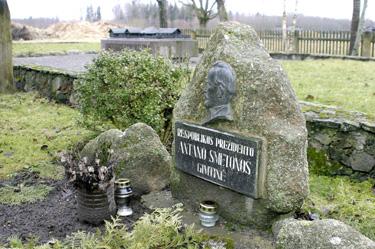 Prezidento Antano Smetonos gimtinę žymi paminklinis akmuo