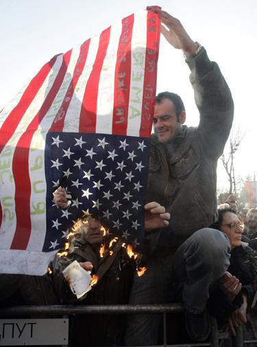Serbai degina JAV vėliavą