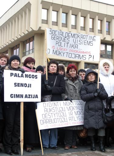 Mokytojų piketas prie Seimo